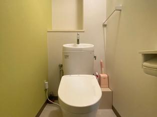 床もクロスも一新!同じ形状のトイレでも、清掃性は格段とアップ。 リフォームの施工事例 トイレ