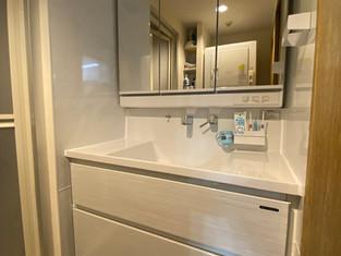三面鏡収納、キャビネット収納で、収納力が向上!! リフォームの施工事例 洗面化粧台