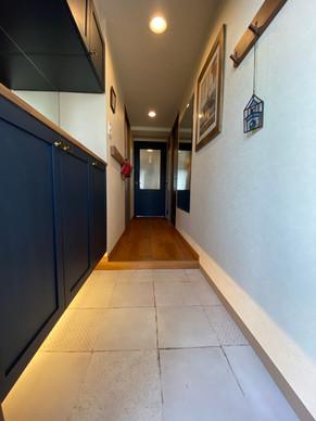 玄関収納下の間接照明で床をほんのり照らし、温かい雰囲気の玄関になりました。|リフォームの施工事例|玄関