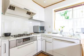 キッチンを間取り変更。I字からL字にレイアウトを変えて、無駄なく調理スペースを有効活用できます|リフォームの施工事例|戸建て