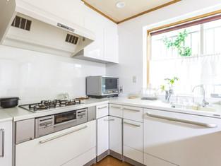 キッチンを間取り変更。I字からL字にレイアウトを変えて、無駄なく調理スペースを有効活用できます リフォームの施工事例 戸建て