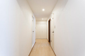 暗くなりがちな廊下も床、壁紙を張り替えて明るく綺麗に。|リフォームの施工事例|廊下