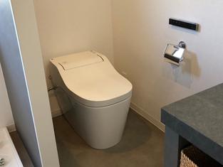 トイレと洗面室を一緒にした、ホテルライクなサニタリールーム リフォームの施工事例 トイレ
