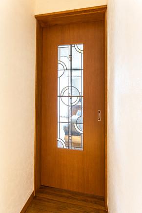 ドアに手作りステンドグラスを取り付けて、綺麗に仕上げました。|リフォームの施工事例|その他