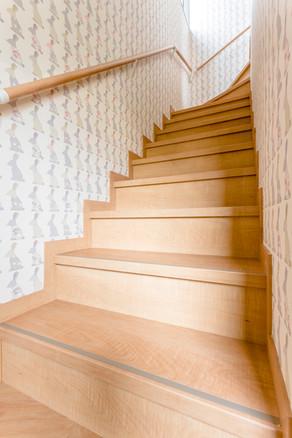 可愛い壁紙に合わせて、明るいリフォーム階段にしました。|リフォームの施工事例|階段