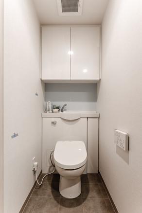 設備は既存のまま、クロス替えですっきりしたトイレに。|リフォームの施工事例|トイレ