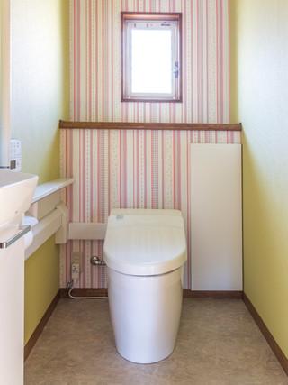 お気に入りの壁紙で明るいインテリアの節水タンクレストイレに。|リフォームの施工事例|トイレ