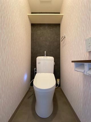 こだわりのクロスで明るいトイレになりました。 トイレ