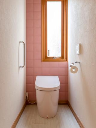 ピンクのアクセント・エコカラットで可愛らしくクリーンな空間にリフォーム|リフォームの施工事例|トイレ