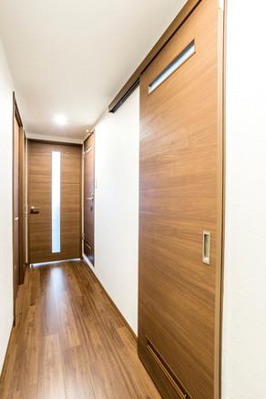 カーペットからフローリングに変えてドアも素敵にリフォーム!|リフォームの施工事例|廊下