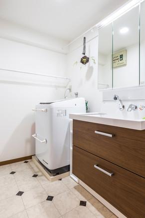 洗面化粧台の交換で収納量を大幅アップ。スッキリした洗面所に! リフォームの施工事例 洗面化粧台