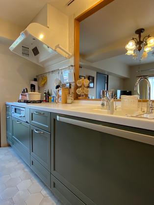 色合いやデザイン、インテリアがが調和する素敵な空間に|キッチン