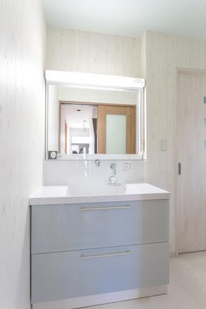 間取りを変更して、広々とした洗面所になりました。 リフォームの施工事例 洗面化粧台