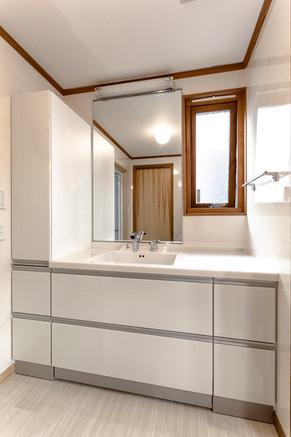 オーダーサイズでぴったりサイズ!トールキャビネットも付いて、充実の収納量を実現。 リフォームの施工事例 洗面化粧台