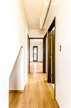 廊下にもプチ収納。お出かけに便利なアウター掛けを設置。|リフォームの施工事例|廊下