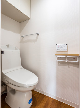 開き戸&段差解消でスムーズに移動。綺麗なトイレに交換。|リフォームの施工事例|トイレ