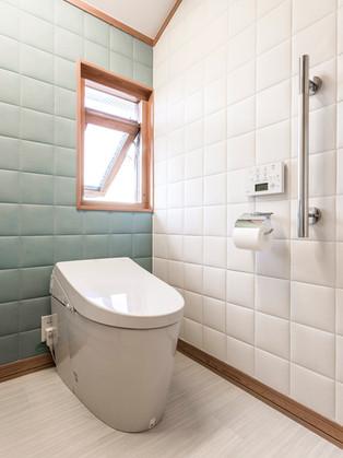 洗面台と同じスペースに置き、広々とした高級感のあるトイレに|リフォームの施工事例|トイレ
