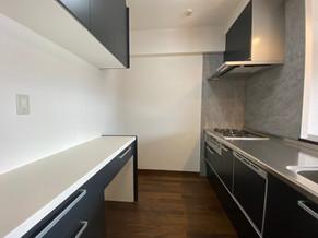 不要な壁を解体し、スタイリッシュで開放的なキッチンへ|リフォームの施工事例|キッチン