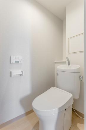 綺麗な手洗い付タンクレストイレにリフォーム|リフォームの施工事例|トイレ
