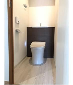 清潔感のある内装と収納・手洗いがついたトイレへリフォーム!|リフォームの施工事例|トイレ