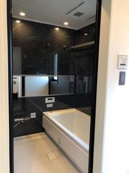 黒大理石調のパネルで高級感のあるお風呂に。|リフォームの施工事例|浴室・バス