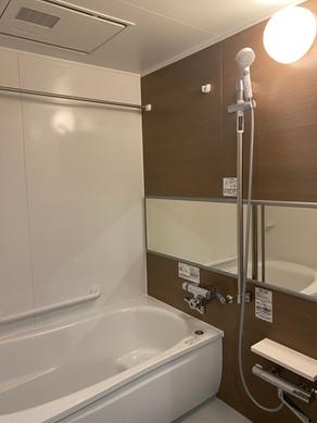 ワイドミラーの鏡で、空間をより広く見せます。|浴室・バス