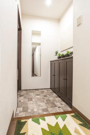 玄関をリフォーム。消臭効果のあるエコカラットを設置しました。|リフォームの施工事例|玄関