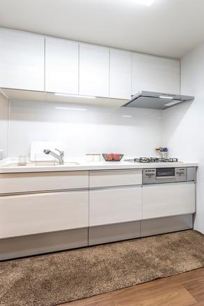 狭く老朽化していた台所が、明るく便利でオープンなキッチンに!|リフォームの施工事例|キッチン