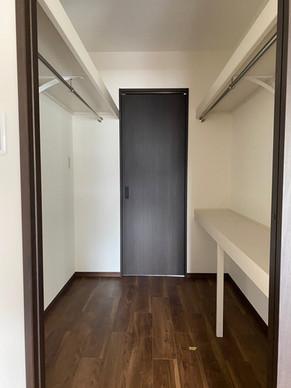 リビングと居室から出入りできる広々ウォークスルークローゼット|リフォームの施工事例|収納
