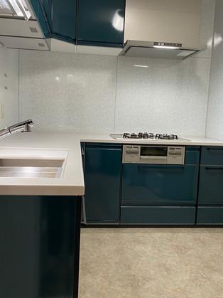 ホーローのキッチンにリフォーム。清掃性も収納力も向上しました。 リフォームの施工事例 キッチン