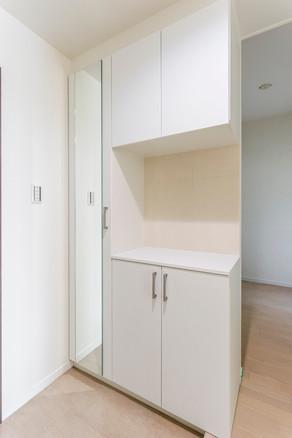 間取り変更で玄関を広くし、天井までの玄関収納に交換しました。|リフォームの施工事例|玄関