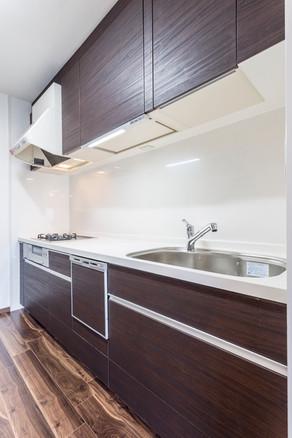 家具のように木目の質感を楽しめる、ウォールナットキッチン。|リフォームの施工事例|キッチン