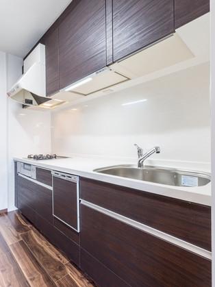 家具のように木目の質感を楽しめる、ウォールナットキッチン。 リフォームの施工事例 キッチン