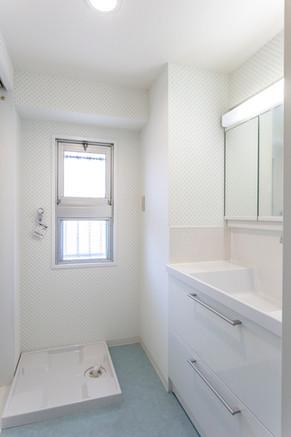 TOTOオクターブとブルーの床で清潔感のある洗面所に。 リフォームの施工事例 洗面化粧台