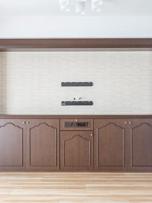 特注家具とエコカラットで高級感のあるスタイリッシュな空間に。|リフォームの施工事例|リビング