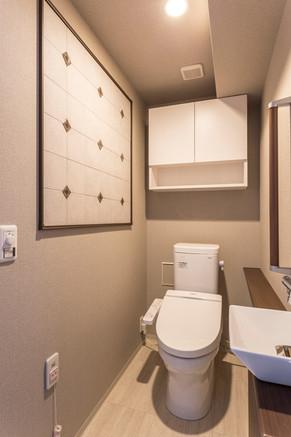 エコカラットが空間に豪華な印象を与えます。|リフォームの施工事例|トイレ