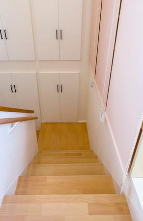 メゾネットの階段を絨毯からリフォーム階段へ|リフォームの施工事例|階段