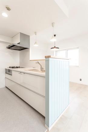 北欧風の淡いブルーにこだわり!大好きな映画の食堂を実現。|リフォームの施工事例|キッチン