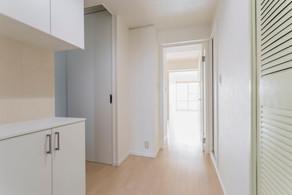 段差解消でバリアフリーの床に。ドアも引き戸で簡単開閉できます|リフォームの施工事例|廊下
