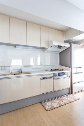 サイズを変更して冷蔵庫も近くに。便利で収納充実のキッチンに。|リフォームの施工事例|キッチン