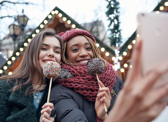 Mädels wollen auf Weihnachtsmarkt IGTV Likes kaufen.