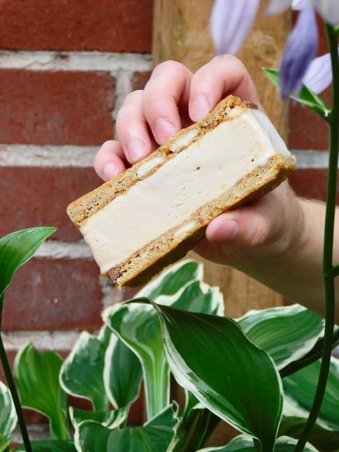 sandwich crème glacée au caramel et biscuit trois chocolat