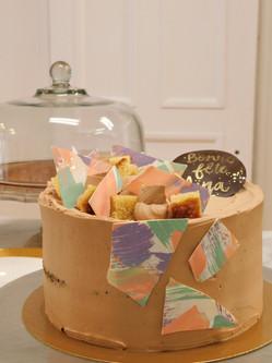 Le Créatif, gâteau vanille, ganache montée chocolat au lait, ganache praliné & décor de chocolat coloré