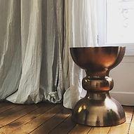 décorateur tabouret cuivre rideau lin design