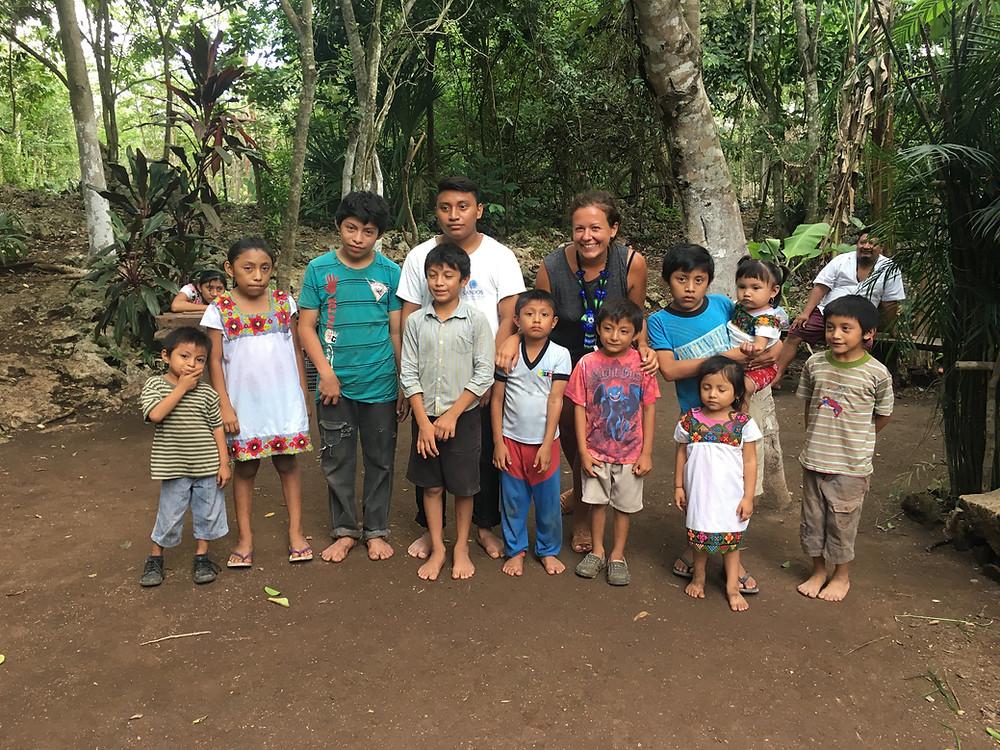 Z dziećmi z zaprzyjaźnionej majańskiej rodziny