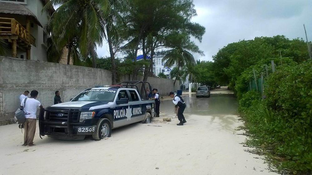 Playa del Carmen po półgodzinnej ulewie- nawet wozy policyjne się zakopują