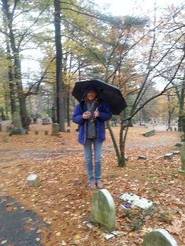 junto a la tumba de Louise May Alcott en Sleepy Hollow.