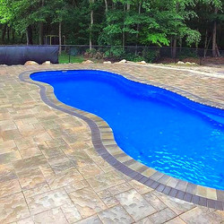Pool deck with Beacon Hill flagstone_edi