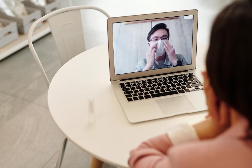 疫情下,網紅進行在社交媒體進行直播。 Adting