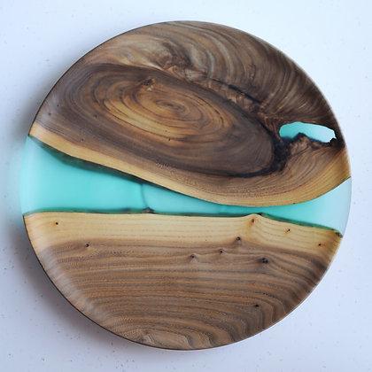Плоская тарелка из капа и матовой эпоксидной смолы